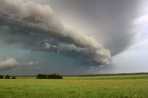 A shelf cloud moves across Nebraska farmland. (Tony Hake / ThorntonWeather.com)